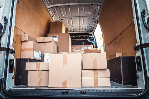 Slovenia「Delivery van full of packages」:スマホ壁紙(19)