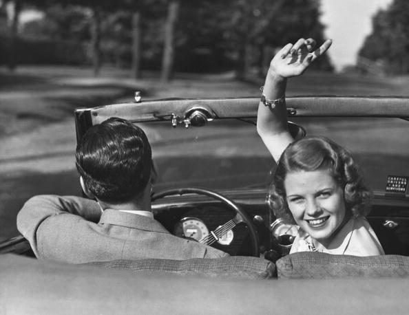 運転手「Couple driving in convertible」:写真・画像(8)[壁紙.com]