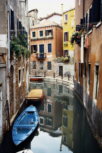 Gondola「High angle view of empty boats in a canal, Venice, Italy」:スマホ壁紙(10)
