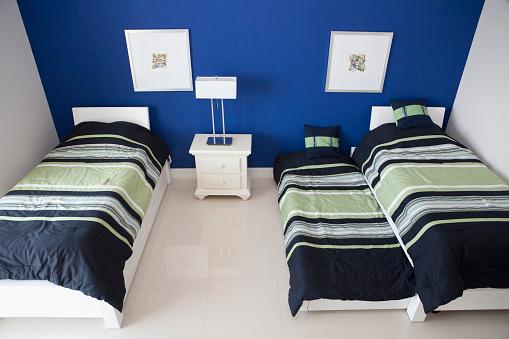 子供時代「High angle view of trundle and twin beds in bedroom」:スマホ壁紙(8)