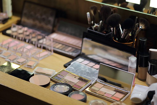 ファッション・コスメ「High Angle View Of Make-Up Cosmetics On Table」:スマホ壁紙(2)