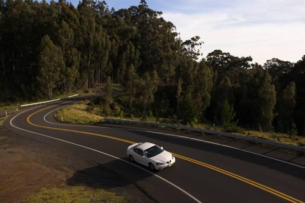 High angle view of car driving on winding road:スマホ壁紙(壁紙.com)