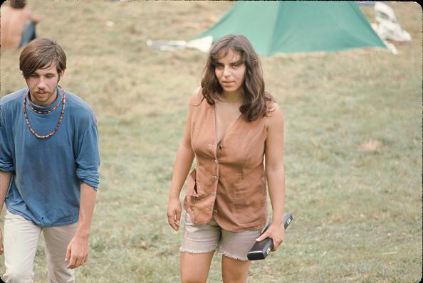 歩く「Festival Goers At Woodstock」:写真・画像(18)[壁紙.com]