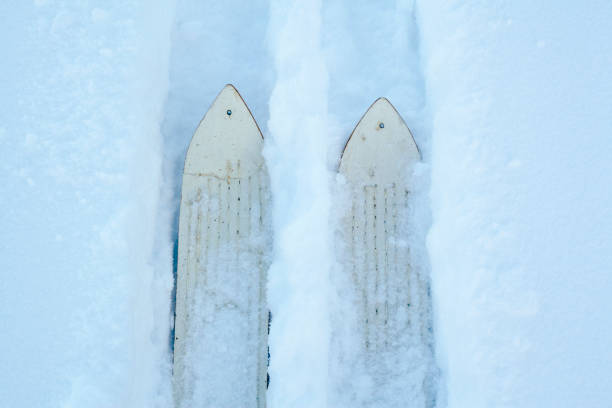 High angle view of skis making tracks in snow:スマホ壁紙(壁紙.com)