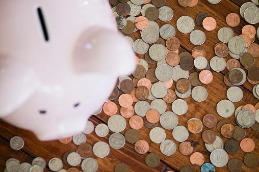米国硬貨「High angle view of piggy bank surrounded by coins」:スマホ壁紙(1)