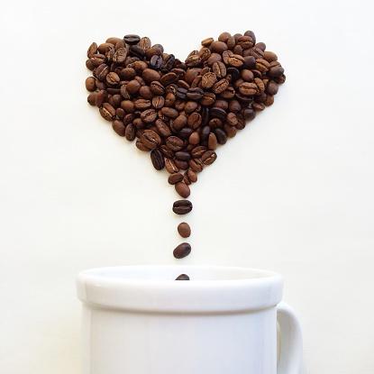 ハート「Coffee beans in shape of heart dropping into a coffee cup」:スマホ壁紙(15)