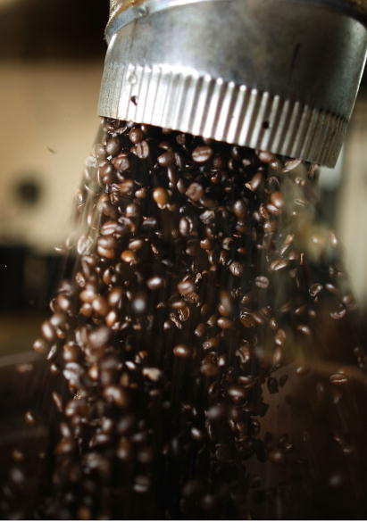 Pouring「Coffee Futures Hit Highest Price In A Decade」:写真・画像(8)[壁紙.com]