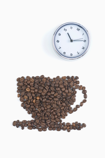Coffee Break「Coffee beans in shape of coffee cup with clock on white background, coffee break」:スマホ壁紙(3)