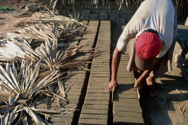 Making bricks by hand. Pagan, Burma, Myanmar.:ニュース(壁紙.com)