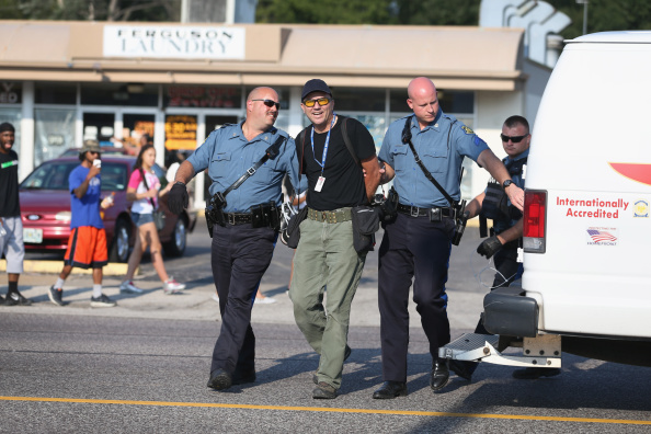 Scott Olson「National Guard Called In As Unrest Continues In Ferguson」:写真・画像(1)[壁紙.com]
