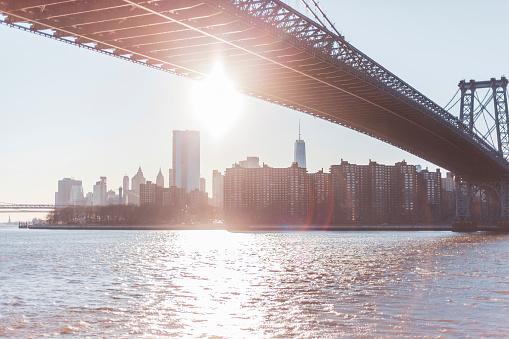 Atmosphere「Skyline at sunset with Manhattan Bridge and East River, Manhattan, New York City, USA」:スマホ壁紙(2)