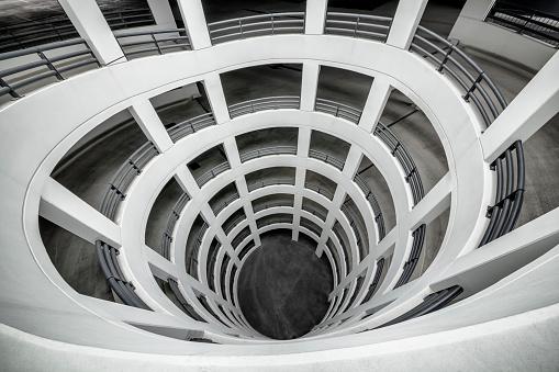 モノクロ「Spiral ramps of a multi-story car park」:スマホ壁紙(7)
