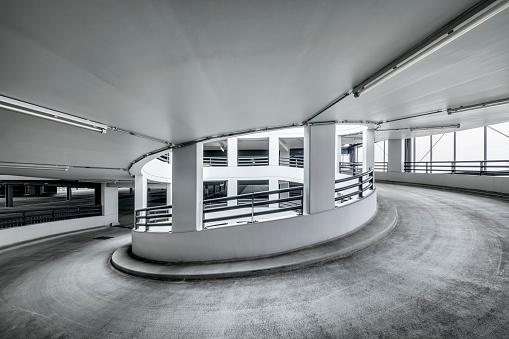 モノクロ「Spiral ramp of a multi-story car park」:スマホ壁紙(8)
