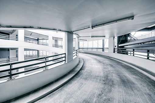 モノクロ「Spiral ramp of a multi-story car park」:スマホ壁紙(9)