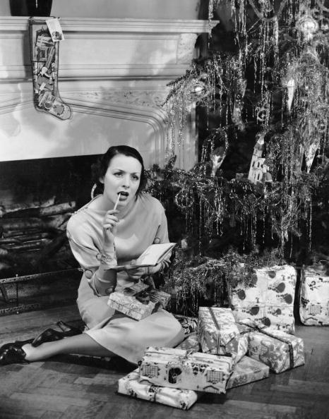 プレゼント「Woman under Christmas tree making list」:写真・画像(2)[壁紙.com]