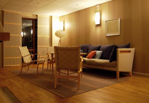 夜「モダンなヨーロッパ/スカンジナビア様式のリビングルーム」:スマホ壁紙(7)