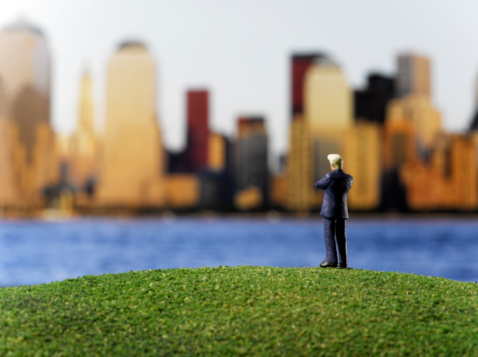 Full Suit「Toy businessman looking at city」:スマホ壁紙(14)