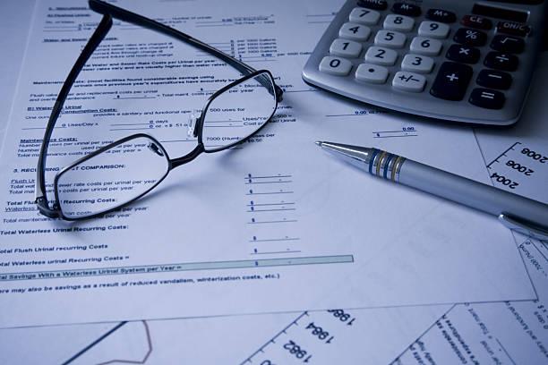 Glasses, calculator and pen on Financial cost documents:スマホ壁紙(壁紙.com)