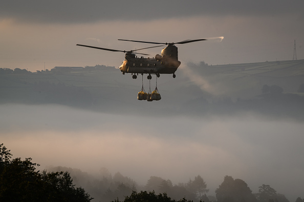 CH-47 Chinook「Town Of Whaley Bridge Evacuated After Dam Collapse」:写真・画像(4)[壁紙.com]