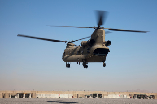 CH-47 Chinook「A CH-47 Chinook helicopter prepare to land.」:スマホ壁紙(11)