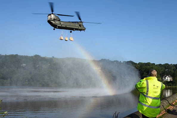 CH-47 Chinook「Town Of Whaley Bridge Evacuated After Dam Collapse」:写真・画像(1)[壁紙.com]