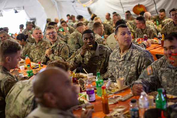 Eating「Troops Deployed To U.S. Mexican Border In Texas Celebrate Thanksgiving」:写真・画像(11)[壁紙.com]