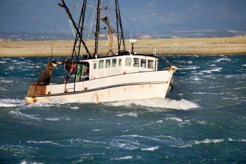 波「小さなジョンフィッシングトロール漁船に粗いの海、ニュージーランド」:スマホ壁紙(16)