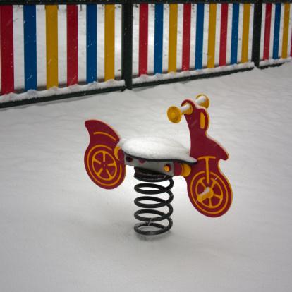 自転車・バイク「Child playground ride in a snow-covered park」:スマホ壁紙(16)