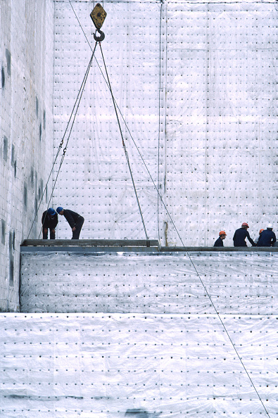 18-19 Years「Workers overlooking positioning of polythene on site.」:写真・画像(17)[壁紙.com]