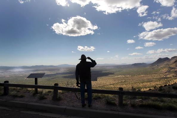 Looking「Porous U.S.-Mexico Border Stretches Across Arizona」:写真・画像(19)[壁紙.com]