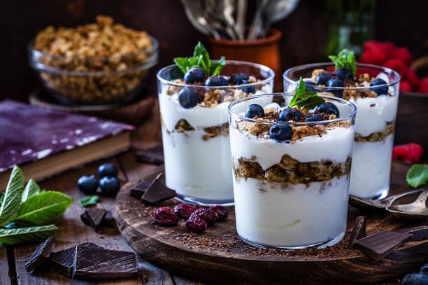 Yogurt with granola, berry fruits and chocolate:スマホ壁紙(壁紙.com)