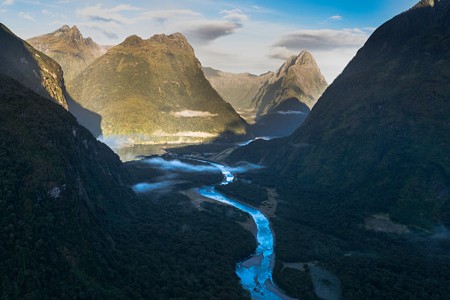 Fjord「New Zealand, South Island, Fjordland National Park, Aerial view of Milford Sound」:スマホ壁紙(5)
