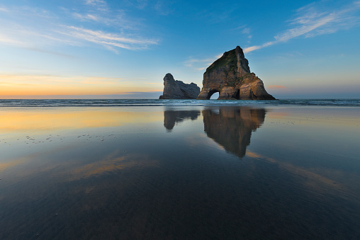 Archway Island「New Zealand, South Island, Puponga, Wharariki Beach, Archway Island in the evening」:スマホ壁紙(1)