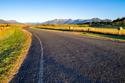Empty Road「New Zealand, South Island, Southern Scenic Route, Fiordland National Park」:スマホ壁紙(1)