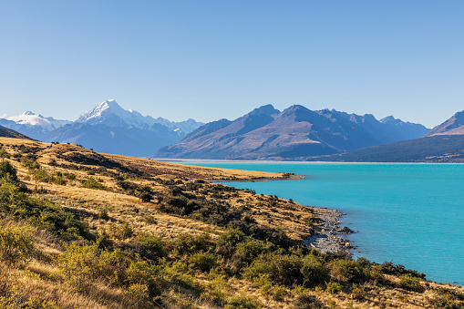 Mt Cook「New Zealand, Clear sky over turquoise shore of LakePukakiwith Mount Cook looming in background」:スマホ壁紙(16)