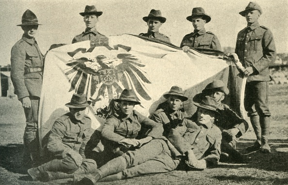 Pacific Islands「New Zealand Soldiers With Captured German Flag」:写真・画像(16)[壁紙.com]