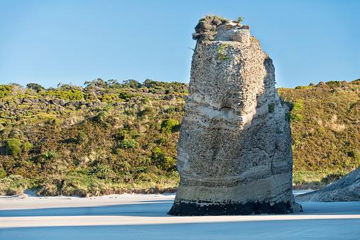 New Zealand「New Zealand, Golden Bay, Wharariki Beach, eroded sediment pillar at the beach」:スマホ壁紙(2)