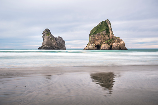 波「New Zealand, South Island, Tasman Sea, Wharariki Beach」:スマホ壁紙(11)