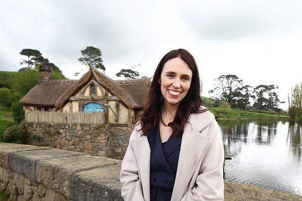 Looking At Camera「New Zealand PM Jacinda Ardern Tours Hobbiton」:写真・画像(4)[壁紙.com]