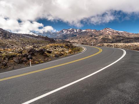 Ski Resort「New Zealand, Ruapehu District, Tongariro National Park, Mount Ruapehu, Mount Te Heuheu, road to Whakapapa Skifield」:スマホ壁紙(11)