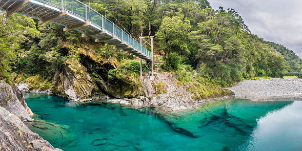 Mt Aspiring「New Zealand, South Island, Mount Aspiring National Park, Blue pools at Makarora river with suspension bridge」:スマホ壁紙(7)