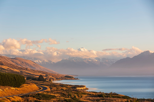 Mt Cook「New Zealand, Scenic view of New Zealand State Highway 80 stretching along shore of Lake Pukaki at dawn with Mount Cook in background」:スマホ壁紙(19)