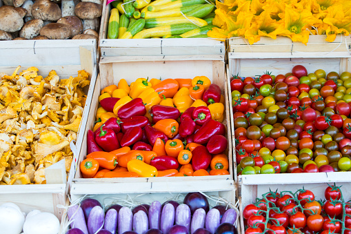 Market Stall「Colourful vegetables at a traditional french market in Apt, in the Luberon, Provence, France」:スマホ壁紙(13)