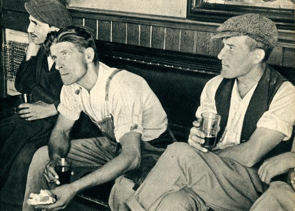 1940-1949「Workmen In An English Inn Listening To Mr Churchill」:写真・画像(14)[壁紙.com]