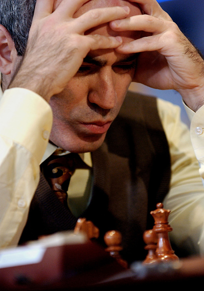 男性一人「Kasparov Vs Karpov Chess Match On AOL」:写真・画像(12)[壁紙.com]