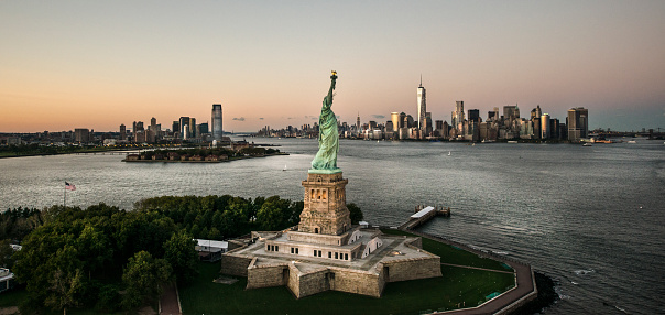 Female Likeness「Statue of Liberty with NWC in background」:スマホ壁紙(13)