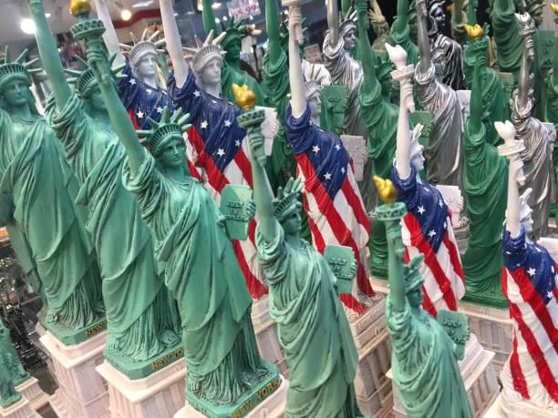 Statue of Liberty souvenirs:スマホ壁紙(壁紙.com)