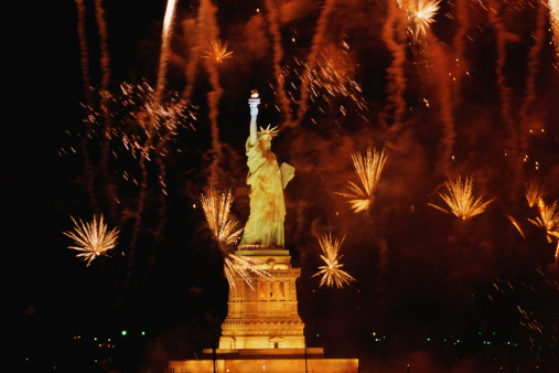 Fourth of July「Statue of Liberty with fireworks exploding in background」:スマホ壁紙(10)