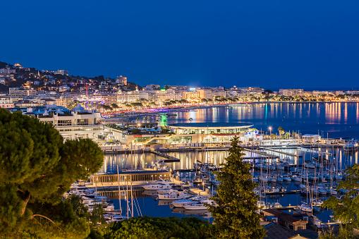 Cannes「France, Provence-Alpes-Cote d'Azur, Cannes, Marina and Boulevard de la Croisette in the evening」:スマホ壁紙(14)