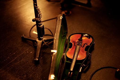Violin「A violin rests before a performance」:スマホ壁紙(7)